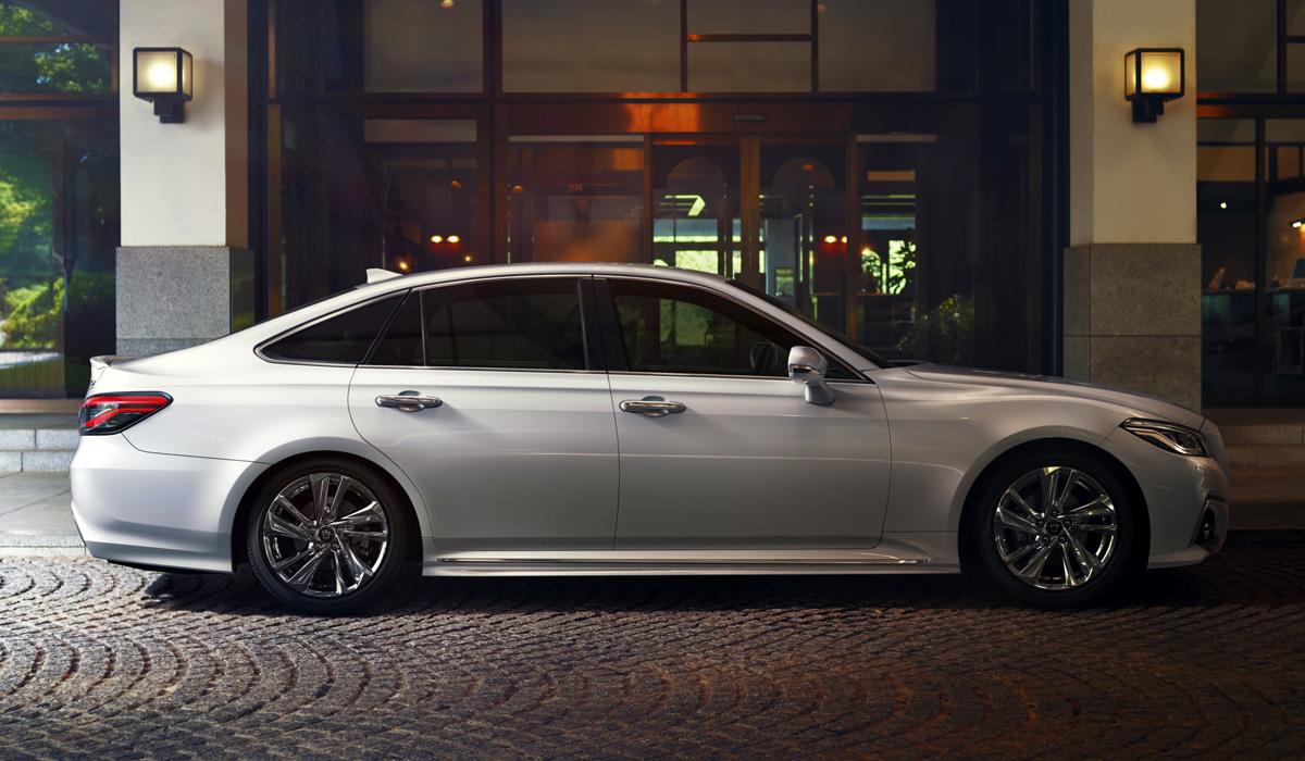 Toyota Crown 2020 вид сбоку