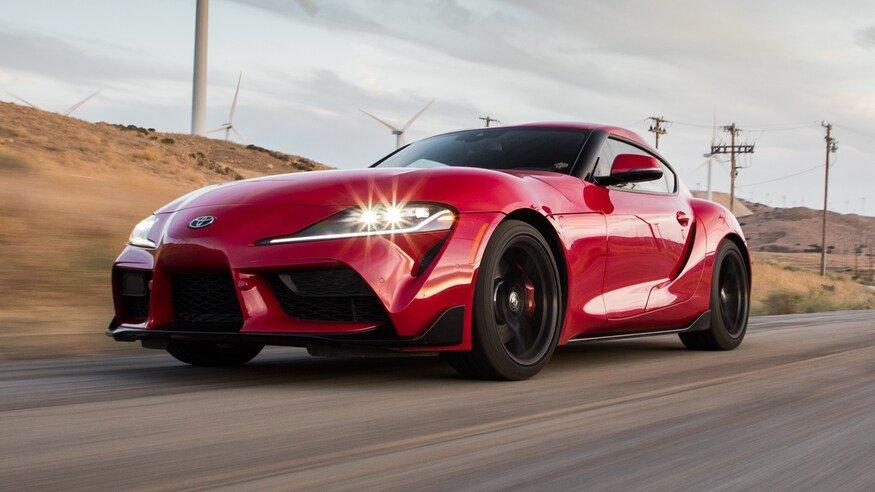 Красная Toyota Supra 2020